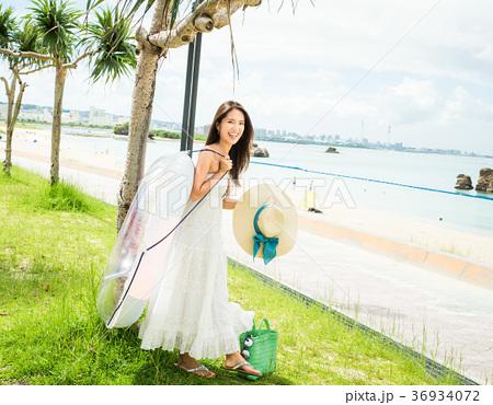 沖縄を旅する女性 36934072
