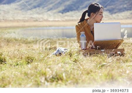 草原で仕事をする女性 36934073