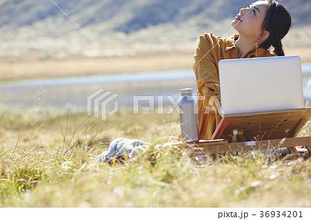 草原で仕事をする女性 36934201