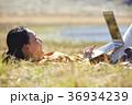 草原で仕事をする女性 36934239