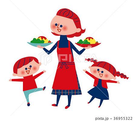 料理を運ぶお母さんとはしゃぐ子供たち 36955322