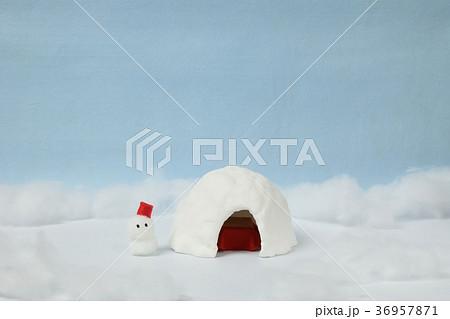 ジオラマ 紙粘土のかまくらと雪だるま 36957871