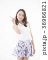 女性 若い ウェーブヘアの写真 36966821