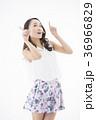 女性 若い ウェーブヘアの写真 36966829