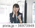 電車 女性 イヤホンの写真 36973949