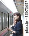 電車 女性 イヤホンの写真 36973957