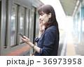 電車 女性 イヤホンの写真 36973958