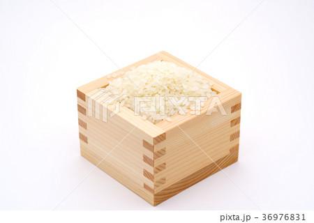 枡にお米 白背景 d-1  中央 やや上からの写真素材 [36976831] - PIXTA
