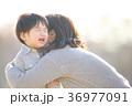 泣く子ども 36977091