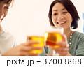 ビール 乾杯 人物の写真 37003868