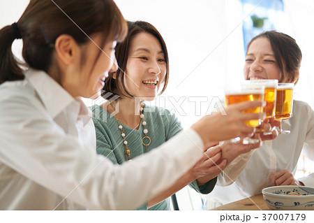 乾杯 ビール 飲み会 37007179
