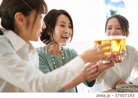 乾杯 ビール 飲み会 37007183
