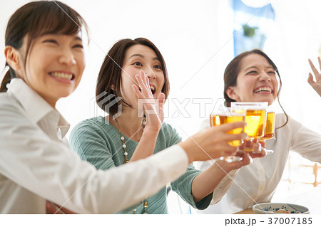 乾杯 ビール 飲み会 37007185