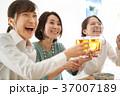 乾杯 ビール 人物の写真 37007189