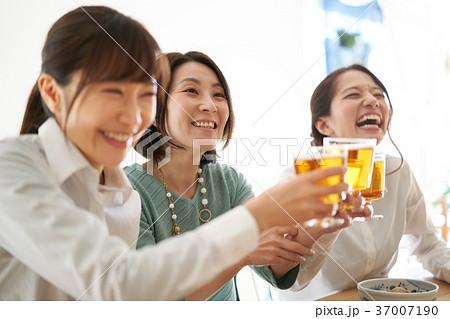 乾杯 ビール 飲み会 37007190