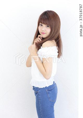 若い女性 ヘアスタイル 37018787