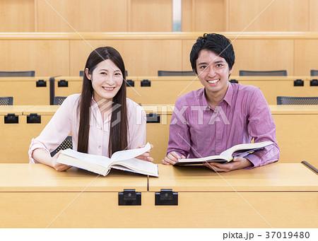 授業を受ける大学生 37019480