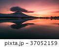 朝焼けと逆さ富士 37052159