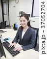 パソコン ビジネスウーマン デスクワークの写真 37052704