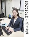 パソコン ビジネスウーマン デスクワークの写真 37052705