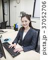 パソコン ビジネスウーマン デスクワークの写真 37052706