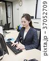 パソコン ビジネスウーマン デスクワークの写真 37052709