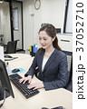 パソコン ビジネスウーマン デスクワークの写真 37052710