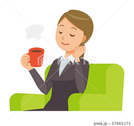 スーツを着たビジネスウーマンがソファーに座ってコーヒーを飲んでいる 37065173