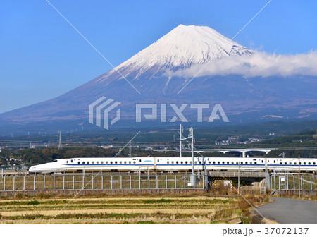 新幹線と冬の富士山-5538 37072137