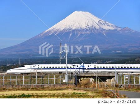新幹線と冬の富士山-5540 37072139