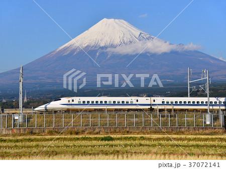 新幹線と冬の富士山-5542 37072141