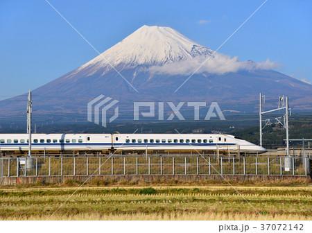 新幹線と冬の富士山-5543 37072142