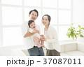 赤ちゃん 家族 子育ての写真 37087011