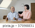 リビングで薬を飲むシニア夫婦 37098831