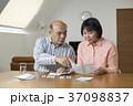 リビングで薬を飲むシニア夫婦 37098837