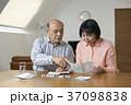 リビングで薬を飲むシニア夫婦 37098838