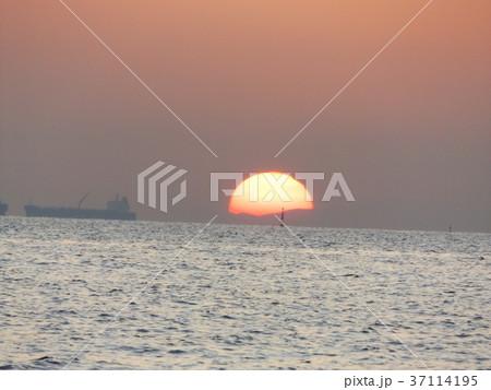 稲毛海岸から見た夕日と夕焼け 37114195