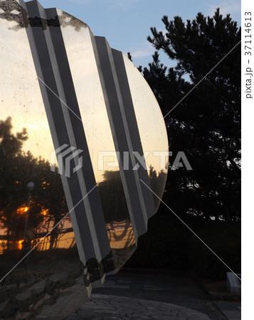 稲毛海浜公園の帆の形のモニメントに夕日が当っています 37114613