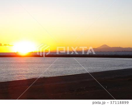 検見川浜の日没と富士山 37118899
