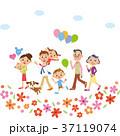お花の中を散歩する三世代家族 37119074