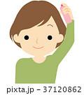 髪にスプレーする女性 37120862