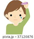 ヘアケアをする女性 37120876