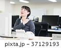 肩こり ビジネスウーマン オフィスの写真 37129193