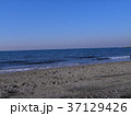 稲毛海岸の白い波と青い海 37129426