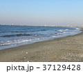 稲毛海岸の白い波と青い海 37129428