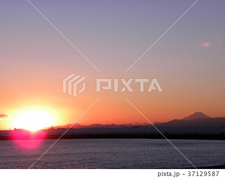 稲毛海岸に沈む夕日と富士山 37129587
