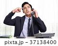 男性 ビジネスマン 悩むの写真 37138400