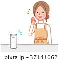 スマートスピーカーと女性 37141062