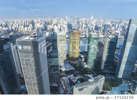浦東の建ち並ぶ高層ビル越しに外灘方面を望む 37150156