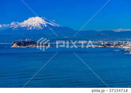 《神奈川県》富士山と江ノ島を望む 37154718